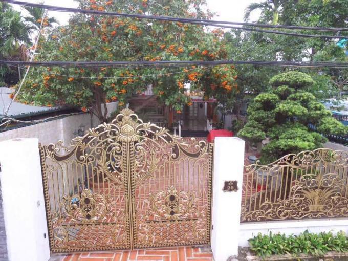 Những chiếc cổng sơn son thiếp vàng sang trọng, sân vườn đều được lát gạch cầu kì.