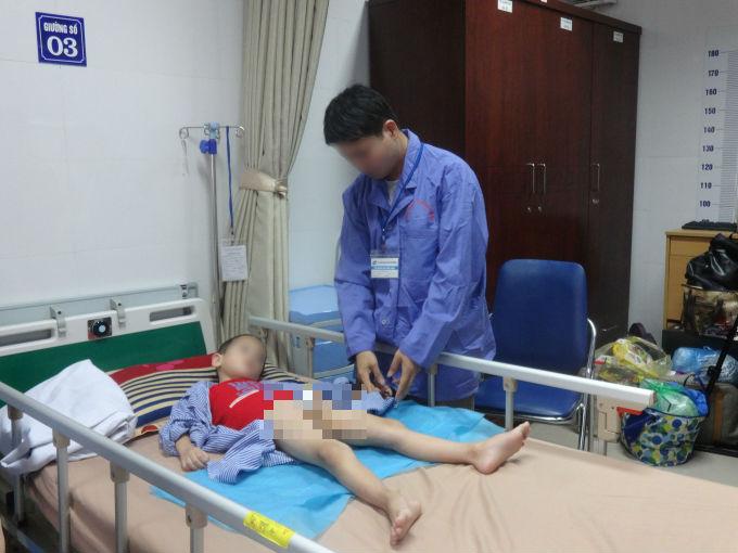 AnhĐ.V.C (Khoái Châu, Hưng Yên)đang chăm sóc con mắc bệnh Sùi mào gà tại Bệnh viện Da liễu Trung ương. Ảnh: Ngọc Nga