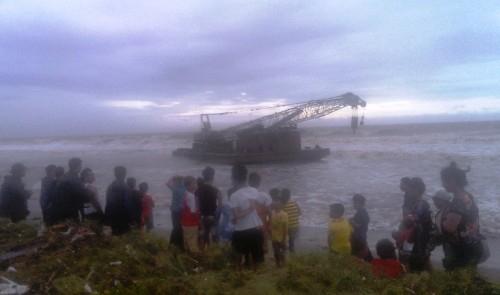 Xà lan vỏ thép bị trôi dạt đến bờ biển xã Hoằng Trường, huyện Hoằng Hóa, Thanh Hóa.