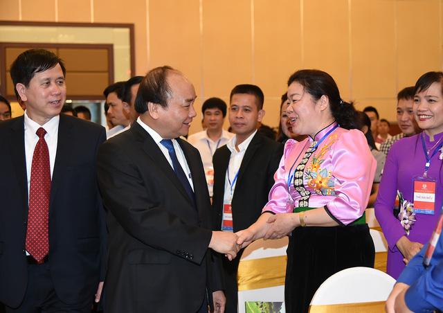 Thủ tướng tiếp xúc, gặp gỡ các chủ doanh nghiệp, nhà đầu tư và lãnh đạo địa phương (ảnh: VGP).