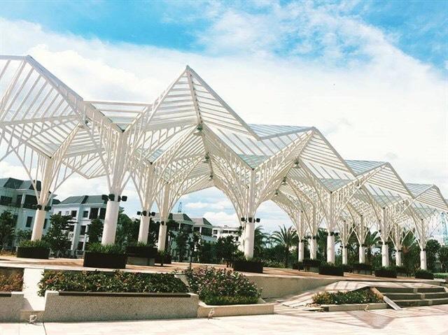 The Villas gây ấn tượng nhờ sự kết hợp hài hòa hợp với thiên nhiên, tạo ra một không gian chan hòa ánh sáng, nắng gió và không khí trong lành, mang đậm phong cách resort giữa lòng Sài Gòn.
