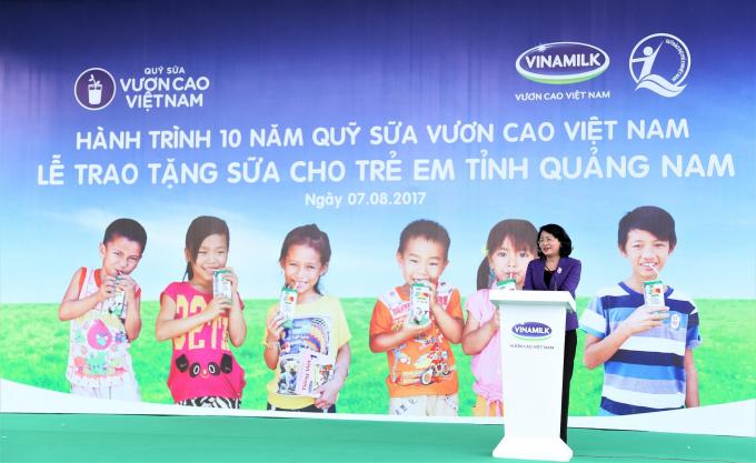 Bà Đặng Thị Ngọc Thịnh - Ủy viên Ban Chấp hành Trung ương Đảng, Phó Chủ tịch nước phát biểu tại buổi lễ Trao sữa.