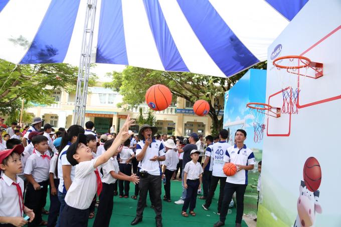 Các em học sinh vô cùng hào hứng với trò chơi ngoài trời thú vị cùng phần diễn hài và ảo thuật của chú hề vui tính.