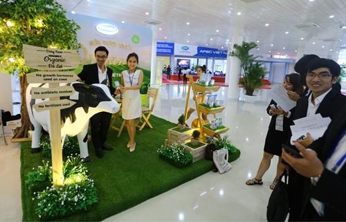 Các phóng viên trong và ngoài nước tham quan gian hàng trưng bày sản phẩm Vinamilk tại Trung tâm báo chí APEC tại Đà Nẵng (Ảnh: Xuân Phú)