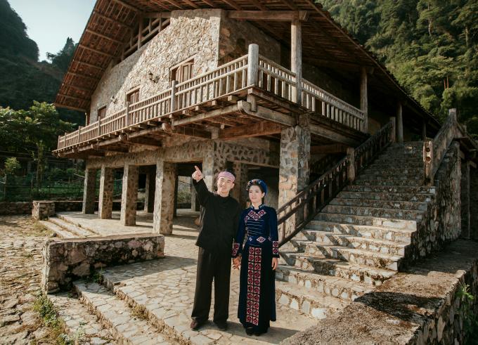 Bên cạnh đó, bộ ảnh cưới còn được chụp tại Làng Tày cổ Khuổi Ky (xã Đàm Thủy) và thác Chó (một địa danh nổi tiếng tại xã Thông Huề).