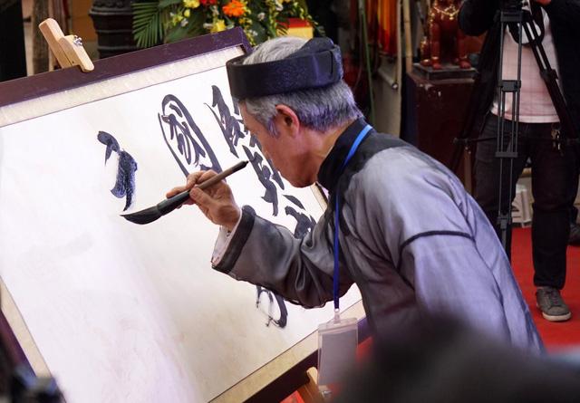 Ông đồ Trần Quốc Chí vinh dự là người khai bút cho hội chữ xuân năm nay bằng câu chữ