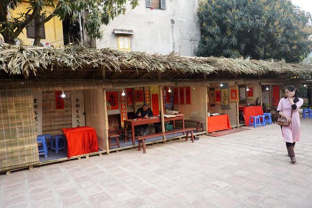 Phố ông đồ ở Hồ Văn được trang trí theo phong cách xưa, thống nhất giữa các gian hàng tạo nên không gian hoài cổ với Tết xưa của người Việt Nam.