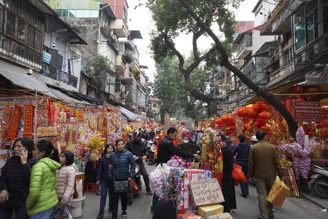 Đoạn phố Hàng Mã đông đúc người mua các loại đèn treo, câu đối, bao lì xì.
