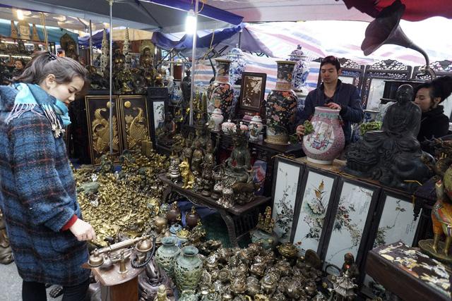 Khu vực buôn bán đồ giả cổ tập trung tại ngã tư Hàng Lược - Hàng Mã.