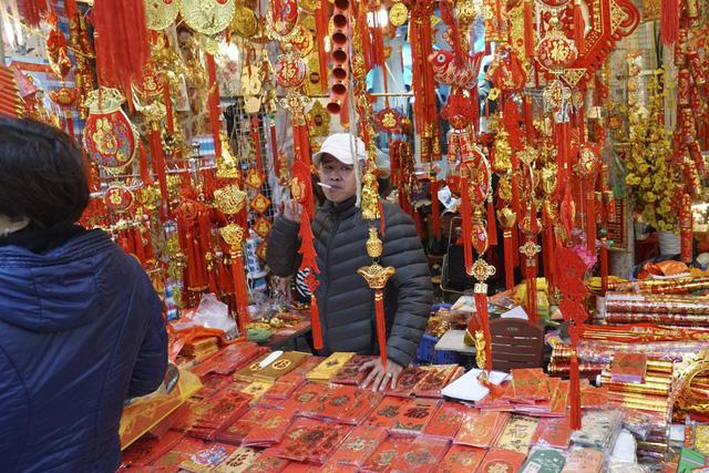 Vô vàn các loại bao lì xì với màu sắc đỏ rực được thiết kế đẹp mắt, giá khoảng 40 nghìn đồng một gói 10 chiếc.
