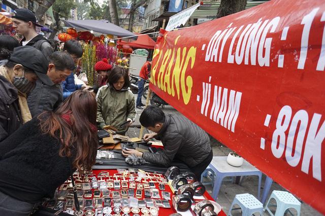 Một quầy bán hàng giảm giá rất đông khách mua trong chợ hoa Hàng Lược.