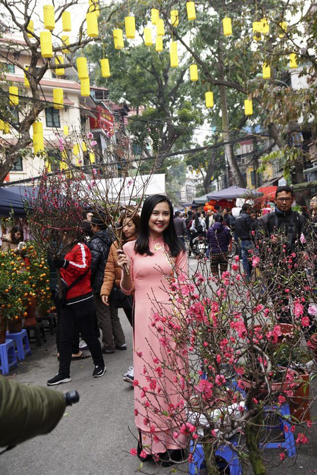 Nhiều người đến chợ hoa để tranh thủ chụp cho mình những kiểu ảnh kỷ niệm đậm không khí Tết.