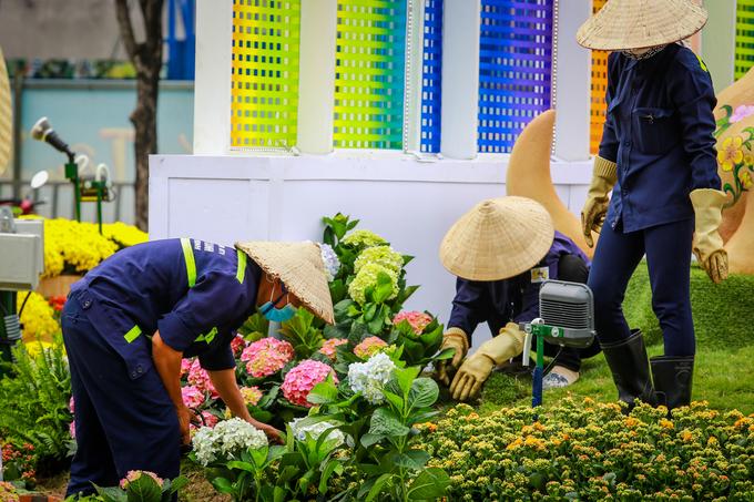 Sát thời điểm khai mạc, công nhân gấp rút hoàn thiện những công đoạn cuối như trang trí hoa ở những tiểu cảnh, làm hệ thống điện, chiếu sáng, dọn vệ sinh...
