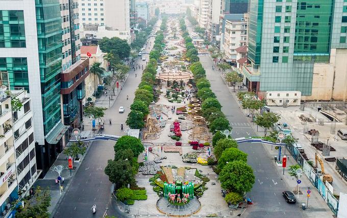 Sau gần nửa tháng thi công, đường hoa Nguyễn Huệ xuân Mậu Tuất đã hoàn thiện cơ bản để kịp khai trương vào 28 Tết. Đường hoa dài 720 m, kéo dài từ UBND đến đường Tôn Đức Thắng. Đây là năm thứ 15, TP HCM tổ chức đường hoa.