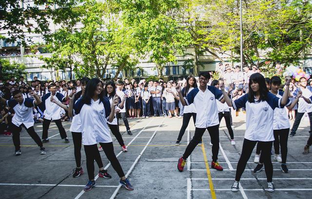 Học sinh Trường THPT Võ Thị Sáu (Tp Hồ Chí Minh) tham gia các hoạt động vui chơi, nhảy flashmob trong giờ ra chơi. (Ảnh: Sỹ Huy)