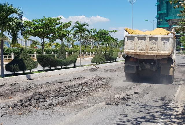 Xe tải chạy qua khiến tuyến đường nghi ngút khói bụi do đã bị hư hại nghiêm trọng