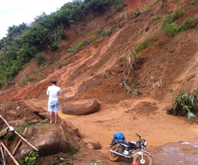 Mưa lũ làm đất đá sạt lở xuống quốc lộ 16 ở huyện Quế Phong.
