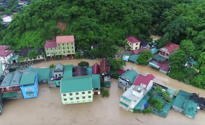 Nhiều ngôi nhà ở huyện Kỳ Sơn bị nước lũ làm cô lập. (Ảnh: Duy Khánh).