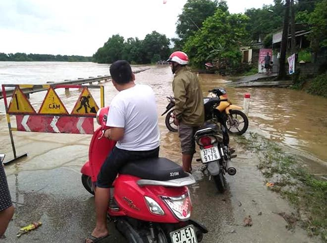 Nhiều tuyến đường bị chia cắt bởi nước lũ.