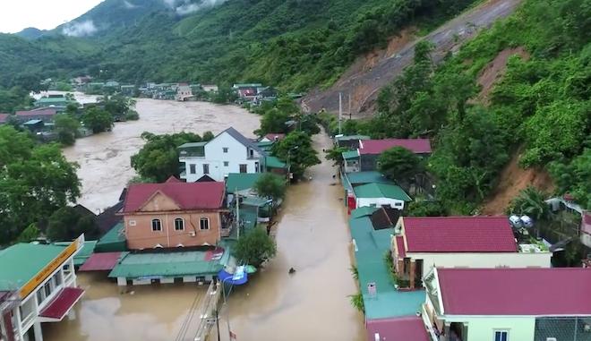 Mưa lũ làm tuyến quốc lộ 7 bị ngập sâu, nhiều nhà dân ở huyện Kỳ Sơn bị ngập lụt, phải di dời. (Ảnh: Duy Khánh).