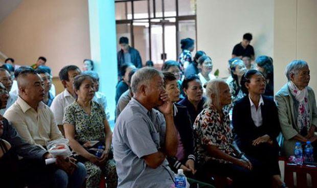 Nhiều người theo dõi cuộc gặp giữa lãnh đạo TP HCM với người dân Thủ Thiêm qua màn hình bên ngoài hộii trường.
