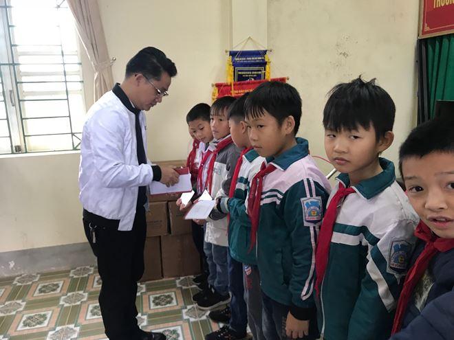 Ông Nguyễn Huy Thiện, Trưởng cơ quan đại diện khu vực duyên hải phía Bắc trao học bổng cho các học sinh.