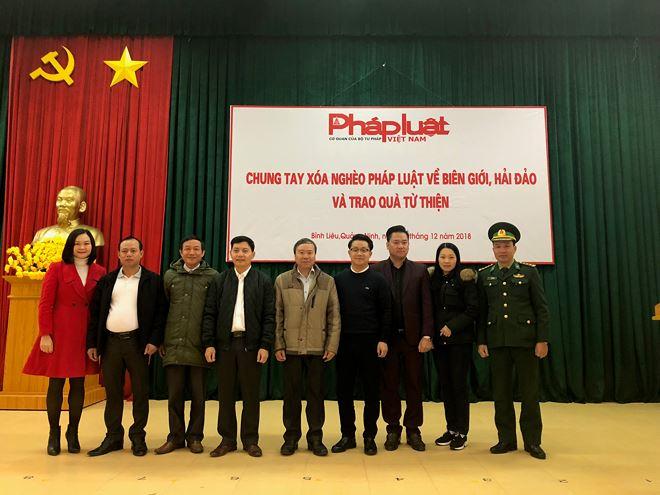 Lãnh đạo Huyện ủy, UBND huyện Bình Liêu chụp ảnh lưu niệm với đại diện báo PLVN.