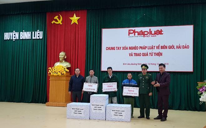 Ông Nguyễn Quang Tám, Trưởng Cơ quan đại diện tại Huế, ông Vũ Đình Tiến, Trưởng cơ quan đại diện tại Phú Thọ đã trao tặng 3 loa kéo đa năng cho các thôn có hoàn cảnh khó khăn.