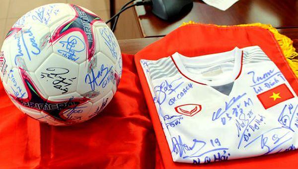 Trái bóng và chiếc áo có chữ ký của các cầu thủ đội tuyển bóng đá nam Quốc gia khi đoạt ngôi vô địch AFF Cup 2018.