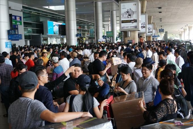 Nhà ga sân bay Tân Sơn Nhất thường xuyên bị quá tải. Ảnh: Báo Lao động