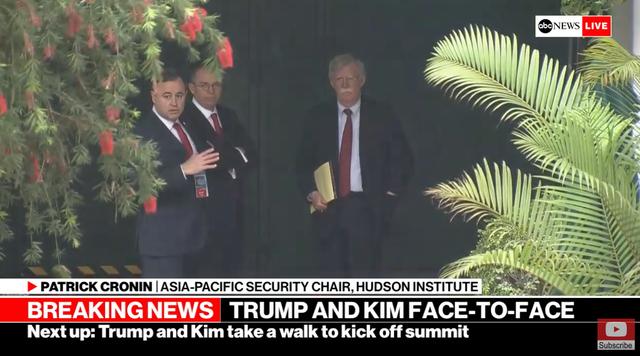 Các quan chức Mỹ đợi ngoài phòng họp trong khi ông Trump và ông Kim họp riêng 1-1