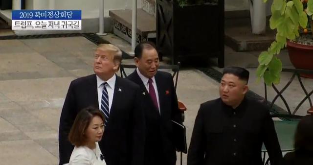Tổng thống Donald Trump và Chủ tịch Kim Jong-un đã đi ra vườn của khách sạn Metropole gặp các cố vấn sau đó đi vào phòng họp.