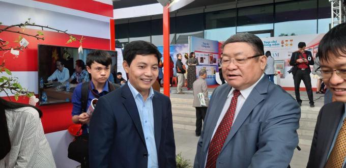 Chủ tịch Hội Nông dân Việt Nam Thào Xuân Sùng thăm gian trưng bày của báo PLVN.