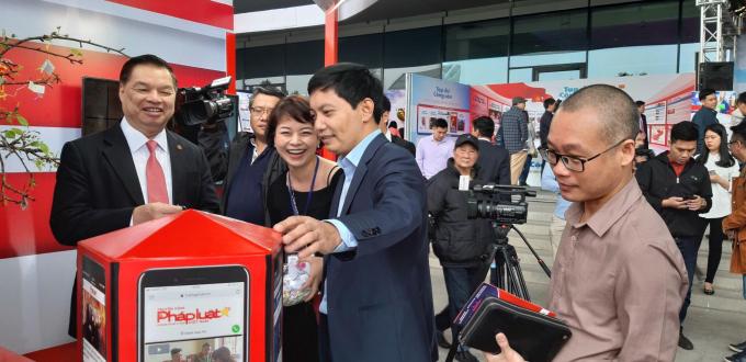 Phó trưởng ban Tuyên giáo Trung ươngLê Mạnh Hùng tỏ ra rất vui vẻ khi đến với gian trưng bày của báo PLVN.