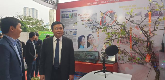 Ông Nguyễn Xuân Thắng - Giám đốc Học viện Chính trị quốc gia Hồ Chí Minh thăm gian hàng báo Pháp luật Việt Nam. (Ảnh: Vũ Quang)