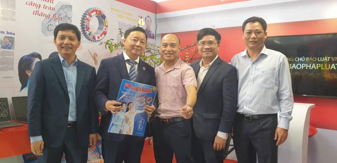 Phó tổng biên tập Báo PLVN Trần Đức Vinh tặng báo Xuân 2019 cho Bộ trưởng Trần Hồng Hà. (Ảnh: Vũ Quang)