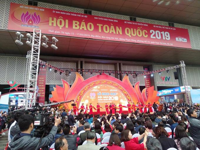 Thủ tướng Nguyễn Xuân Phúc cùng các lãnh đạo bộ, ban, ngành cắt băng khai mạc. (Ảnh: Như Trường)