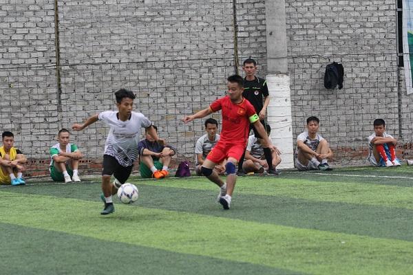 Ảnh 4: Đội trưởng đội bóng Khối 7 Cao Trọng Thành (áo đỏ) luôn thi đấu hết mình.