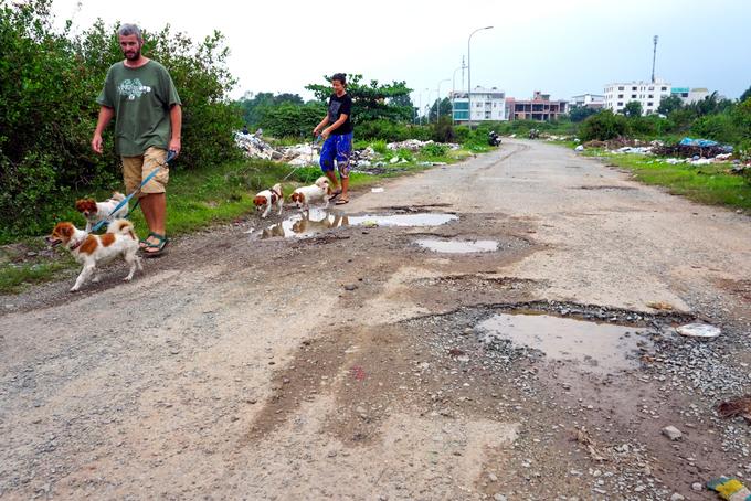 Trục đường chính trong dự án Bắc Rạch Chiếc thông ra Xa lộ Hà Nội lởm chởm đá, xuất hiện nhiều ổ voi ổ gà, hai bên đầy rác và cỏ dại.