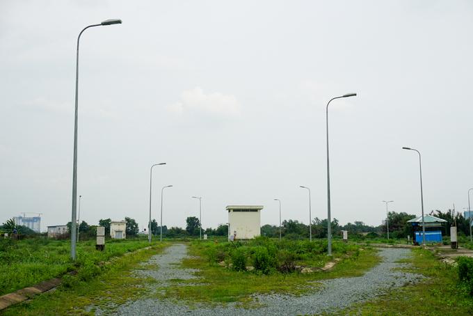 Các tuyến đường nhánh không được sử dụng, cỏ dại phủ kín gần hết mặt đường, vỉa hè. Hệ thống đèn chiếu sáng rải rác vài con đường nhưng chỉ hoạt động một phần trong nhiều năm qua.