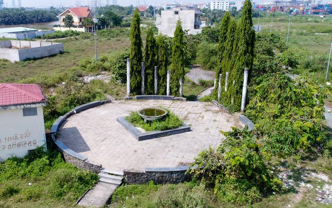 Khu vực được quy thành thành công viên, có đài phun nước xây dựng dang dở rồi bỏ hoang và xuống cấp theo thời gian.