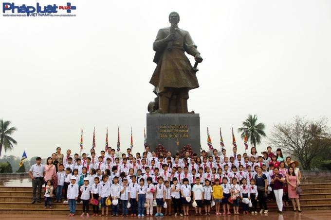 Chụp ảnh lưu niệm tại Tượng đàiHưng đạo đại vương Trần Quốc Tuấn.