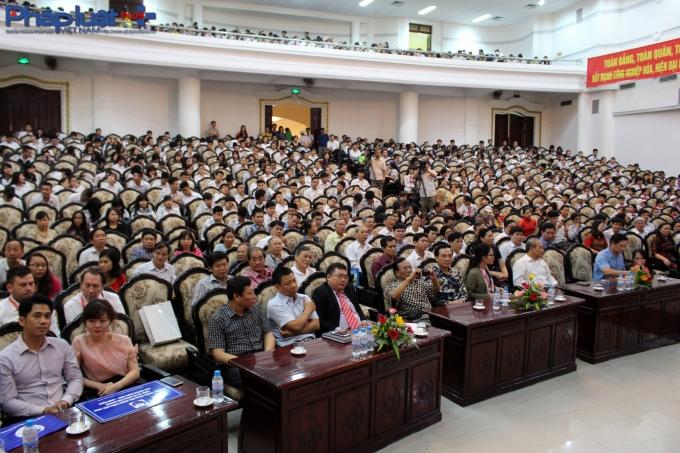 Rất đông học sinh và người dân đến tham dự khai mạc.