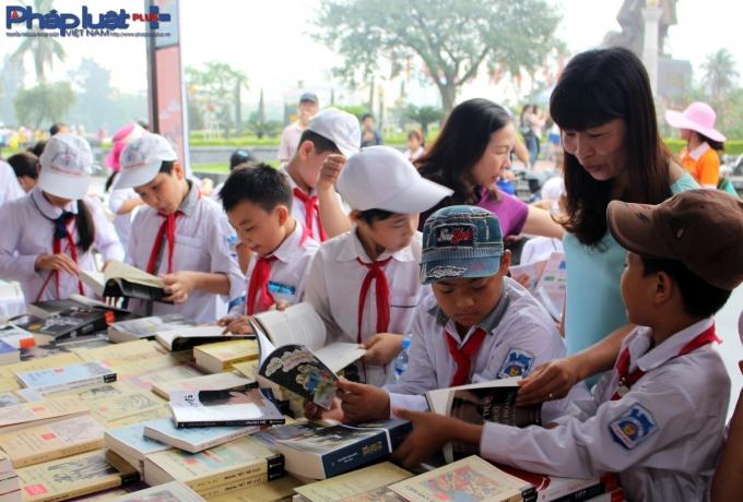 Sau đó, các em học sinh được thỏa sức đọc sách.