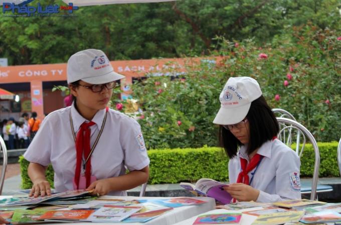 Chùm ảnh: Hàng trăm học sinh đội mưa tham dự Ngày sách Việt Nam