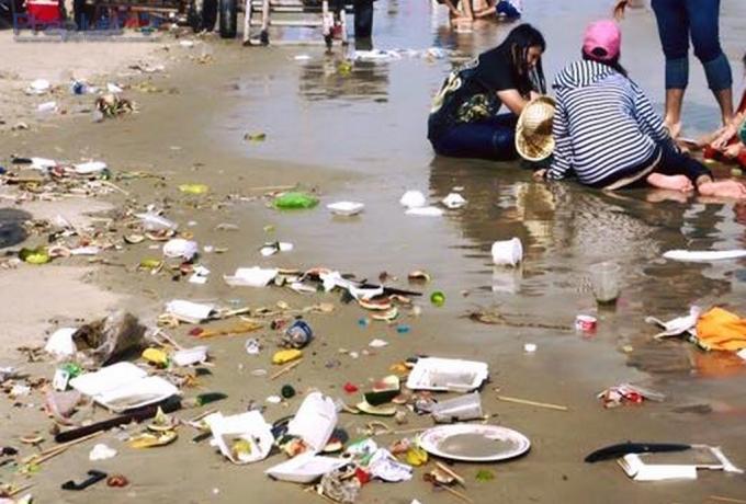 Du khách xả rác tràn ngập bãi biển rồi chính họ thản nhiên thư giãn giữa bạt ngàn rác thải nhếch nhác.
