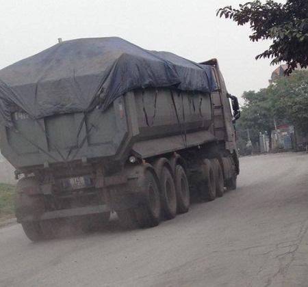 Những chiếc xe quá tải ngày ngày vẫn chạy qua thị trấn Phú Thứ và thị trấn Minh Tân huyện Kinh Môn .