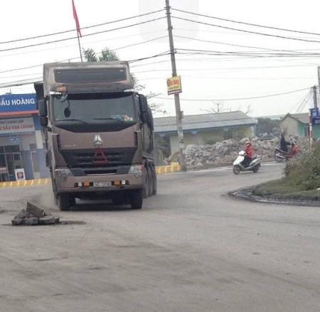 Người dân đã phải dùng đá đặt trên mặt đường nhằm ngăn chặn xe quá khổ quá tải hoành hành.