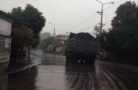 Trời mưa, dọc tuyến đường của hai Thị trấn Phú Thứ và Thị trấn Minh Tân trở nên trơn trượt và rất nguy hiểm cho người tham gia giao thông và người dân dọc hai bên đường.