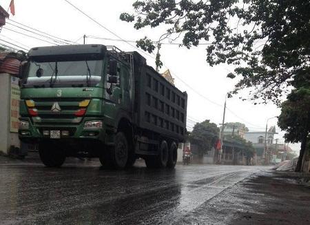Những hung thần xe tải ngày ngày tàn phá tuyến đường .